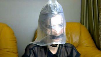 Модель keyto провела трансляцию с пакетом на голове